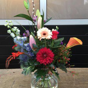 krachtig klein boeket met veel verschillende bloemen en kleuren