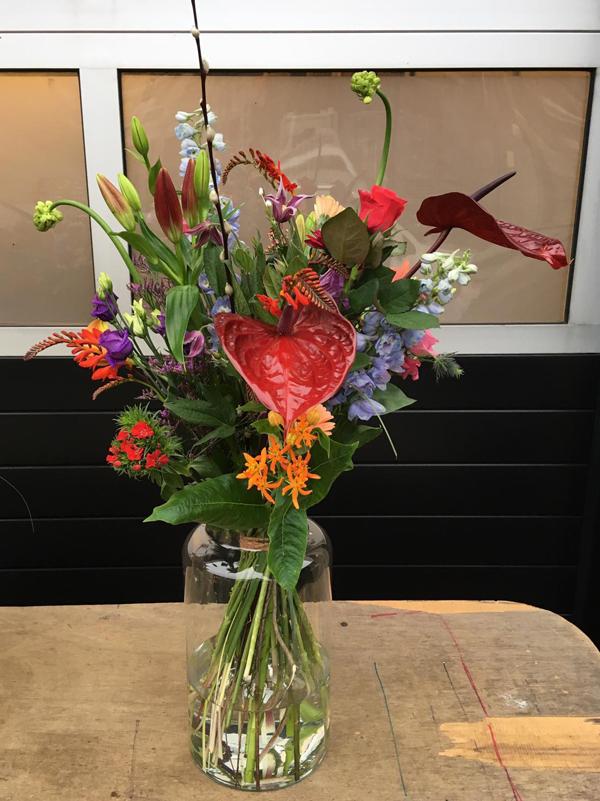 boeket met vaas allemaal verschillende bloemen met veel kleuren
