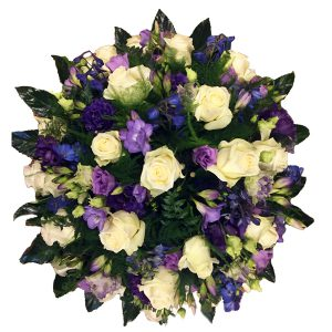 rouw stuk met witte rozen en verschillende paarse bloemen