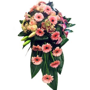 roze gemengde bloemen in een langwerpig rouw stuk