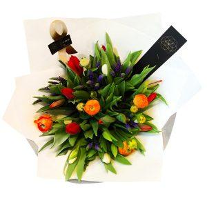 kleurrijk boeket met tulpen en ranonkels