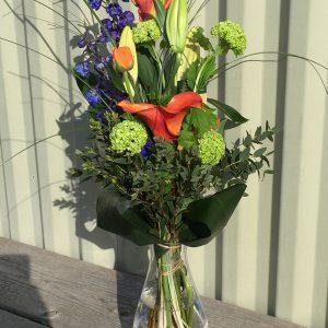 boeket met vaas plukbloemen voor een uitvaart