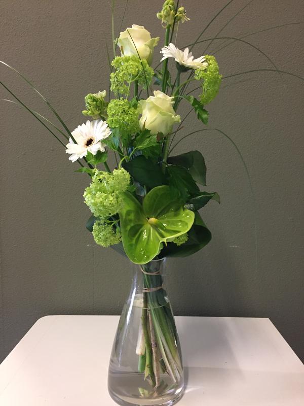 vaas met witte bloemen prachtig geschikt voor evt uitvaart